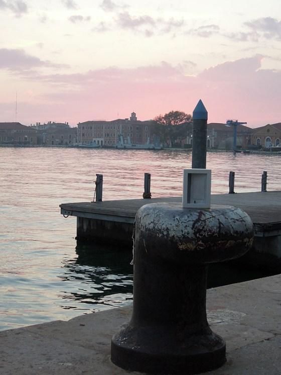 Dono d'arte appoggiato sul molo presso il bacino interno dell'arsenale di Venezia