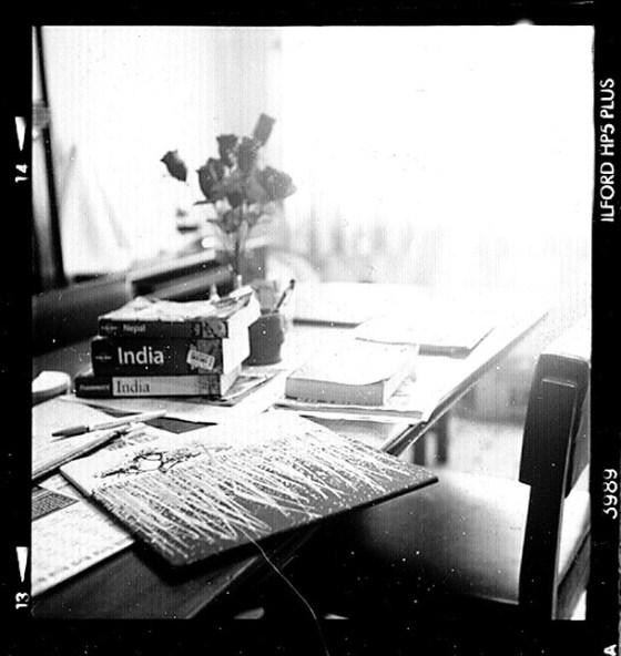 Dono d'arte appoggiato sul tavolo della libreria di Sanu House