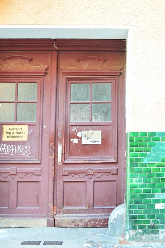 Un dono d'arte è stato abbandonato appeso ad un ingresso a Berlino