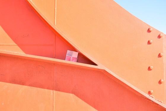 geometrie su una scultura di Calder in ferro rosso e dono d'arte abbandonato