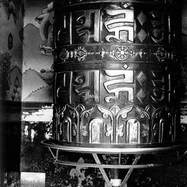 Dono d'arte appoggiato nell'angolo di una stanza contenente un mulino di preghiera a Kathmandu