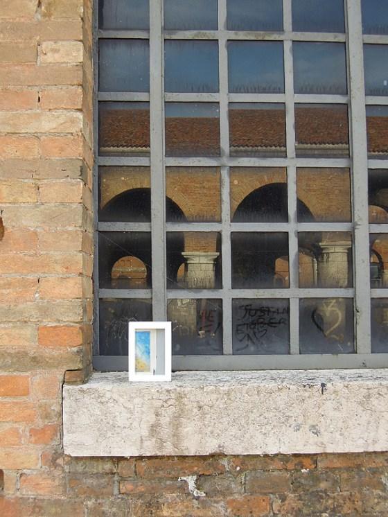 dono d'arte abbandonato su una finestra dell'arsenale di Venezia