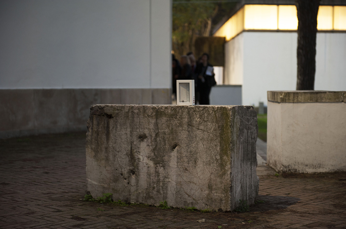 un'opera d'arte abbandonata su un blocco di marmo presso i giardini della biennale di Venezia