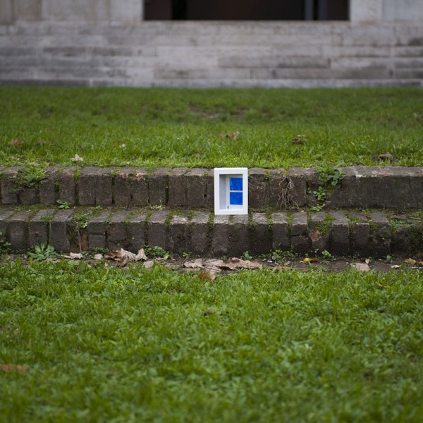 dono d'arte abbandonato sulle scale in un giardino