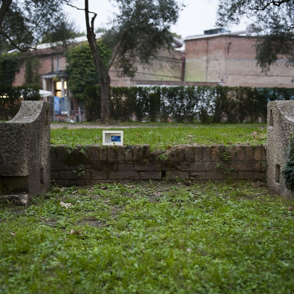 quadro abbandonato in un giardino romantico
