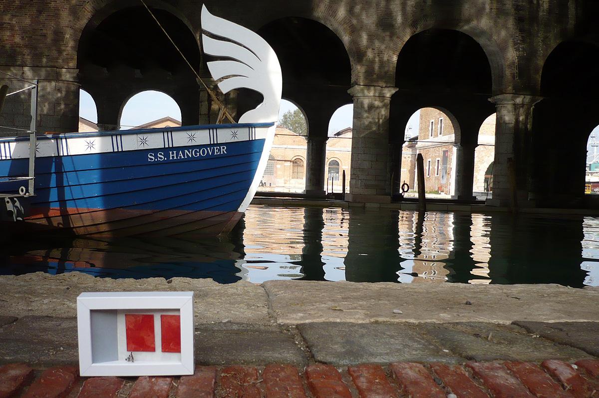 dono d'arte in quadro abbandonato di fronte ad una barca