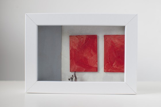 un'opera d'arte che rappresenta un uomo e una bambina che osservano due quadri rossi