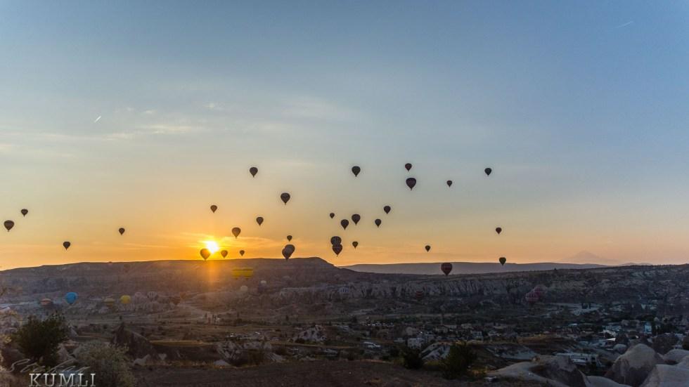 80 Heissluftballons bei Sonnenaufgang