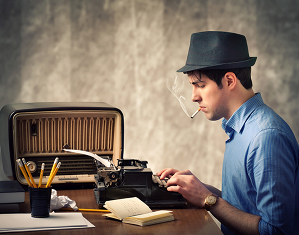 Stereotipi di scrittura creativa: Scrittore che fuma davanti alla macchina per scrivere