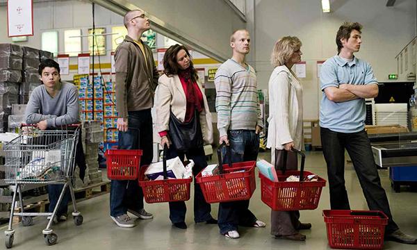 Gente in coda al supermercato