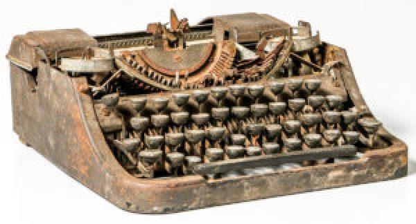 Vecchia macchina per scrivere arrugginita