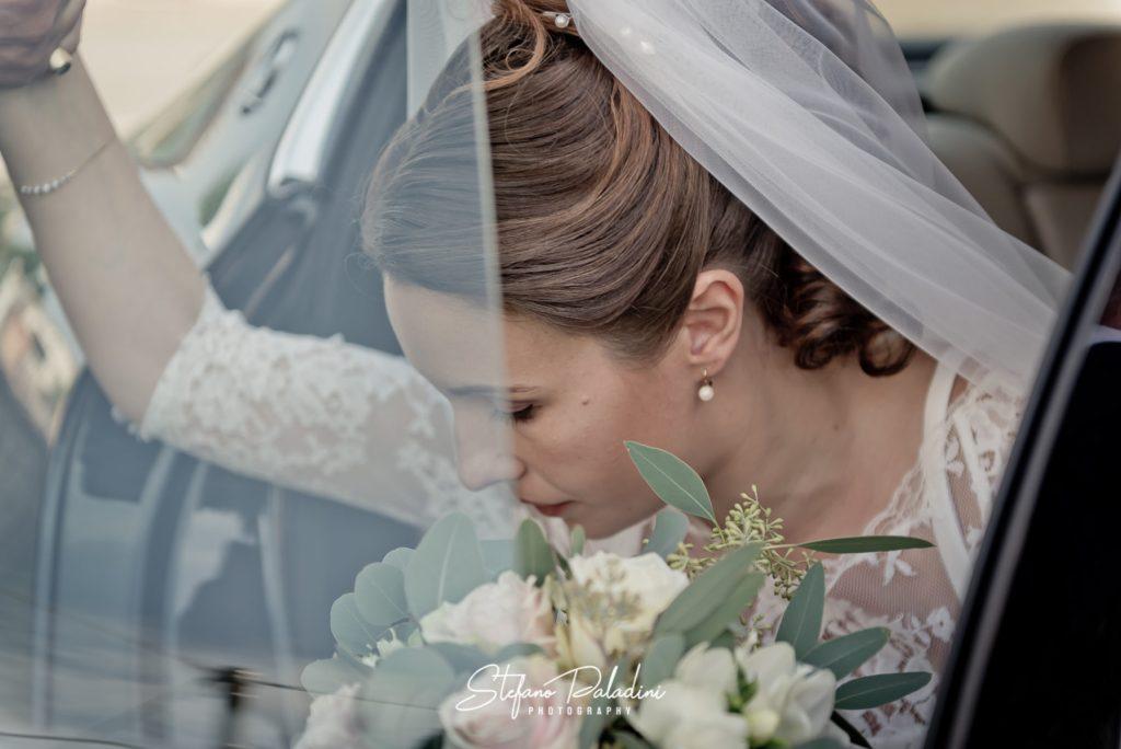 Sposa Esce dell'auto con bouquet