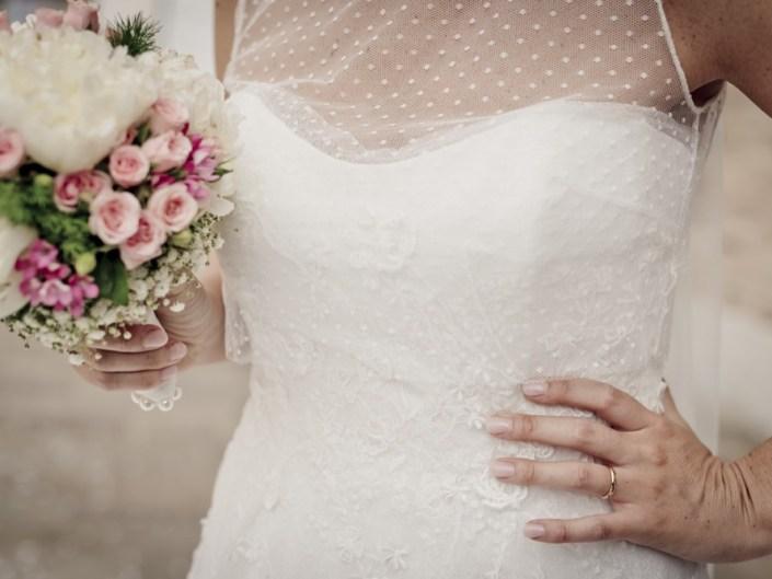 dettaglio abito sposa con bouquet