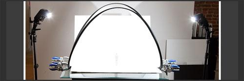 Använd en reflektor fast med enbart diffusionsdelen och några klämmor för ett enkelt DIY-ljustält för produktfotografering