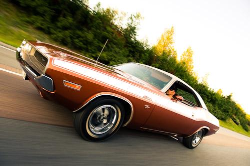 Dodge Challenger fotograferad i fart på motorväg