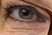 detalj-portratt-reflektioner-i-ogat-fran-reflexskarm-och-studioblixt