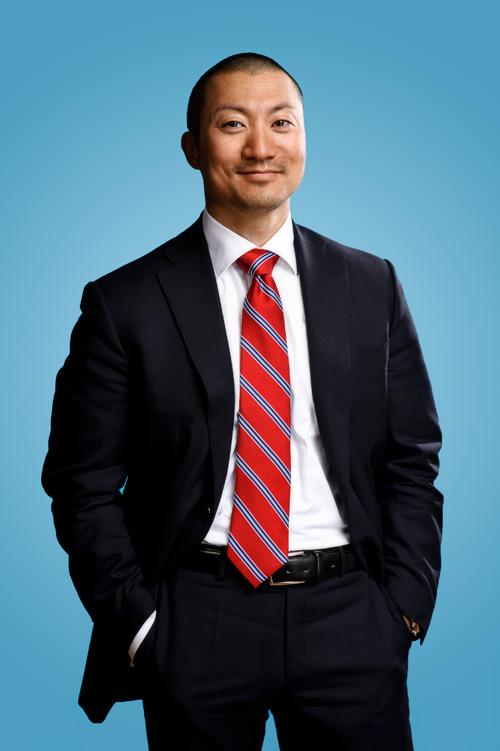 Porträtt till konsultprofil mot blå bakgrund. Fotograf Stefan Tell