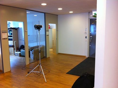 bakom-kulisserna-fotografering-kontor-allmanljus-blixt