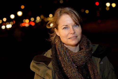Porträtt med kamerablixt och ljus från skyltfönster en kväll på stan. Fotograf Stefan Tell