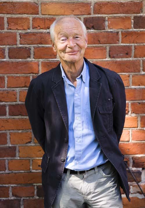 Guus Kuijer vid tegelvägg. Fotograf Stefan Tell