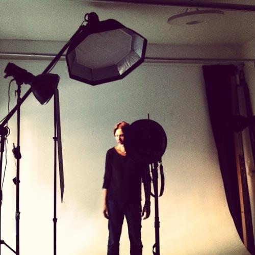 fotostudio-ljussättning-med-ringblixt-och-profoto-magnum-bakom-kulisserna