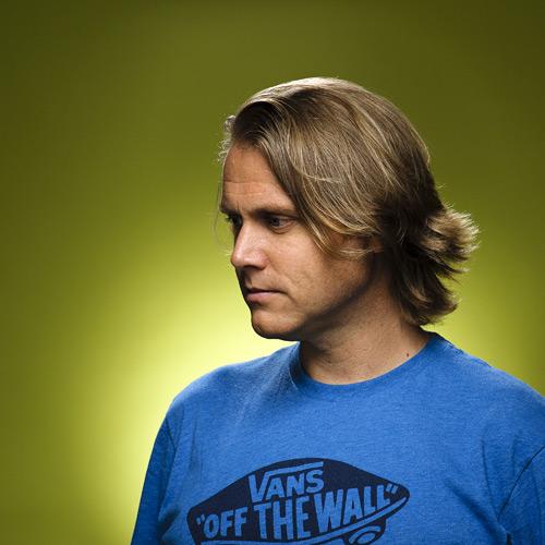 Ringblixt-porträtt i profil (Profoto) med grön bakgrund. Fotograf Stefan Tell