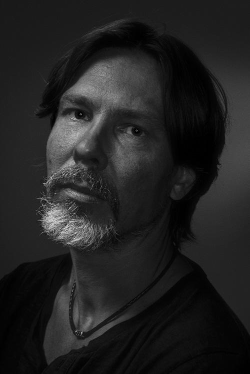 Ringblixt-porträtt med lite extra skuggor av en Magnum-reflektor. Fotograf Stefan Tell