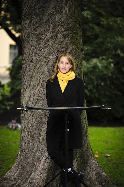 Fotografering med Janina Kastevik och en reflexskärm, fotograf Stefan Tell