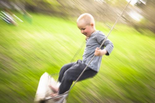Fuji X100s, snabbtest med panorering av barn på gunga. Fotograf Stefan Tell