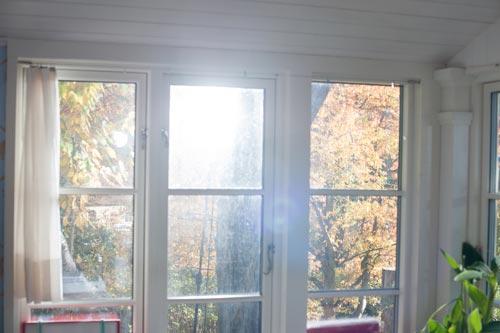 blixtljus-genom-fönster-högt-stativ