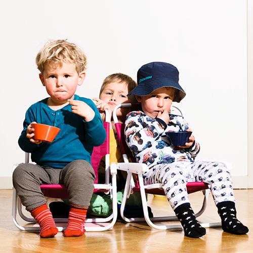 Barnfotografering hemma i tillfällig fotostudio med en blixt. Profoto D1 utan ljusmodifierare. Fotograf Stefan Tell
