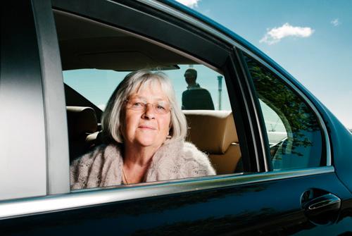 Barbro Lindgren - porträtt i bil på Skeppsholmen - en blixt och fin himmel. Fotograf Stefan Tell