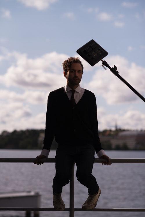 bakom-kulisserna-porträttfotografering-utomhus-med-led-panel