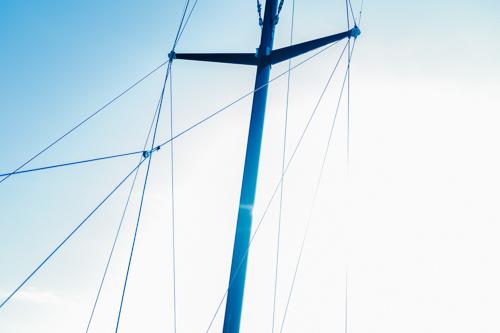 mast-i-motljus-trimaran-stockholms-skärgård