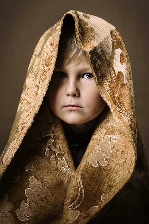 Barnporträtt med blick i fotostudio. 2 blixtar, Profoto D1 och beautydish. Fotograf Stefan Tell