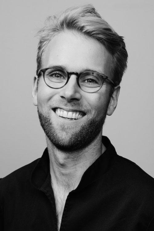 personalporträtt-med-glasögon-två-blixtar-blixtparaply