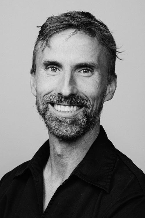 personalporträtt-svartvitt-två-blixtar-blixtparaply-tandläkare