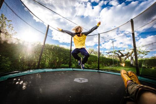 sitta-i-studsmatta-fotografera-hopp-vidvinkel