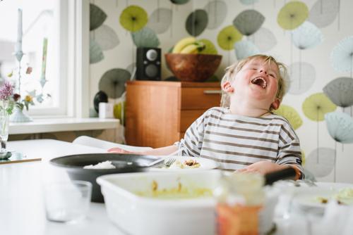en-blixt-för-upplättning-vid-matbord