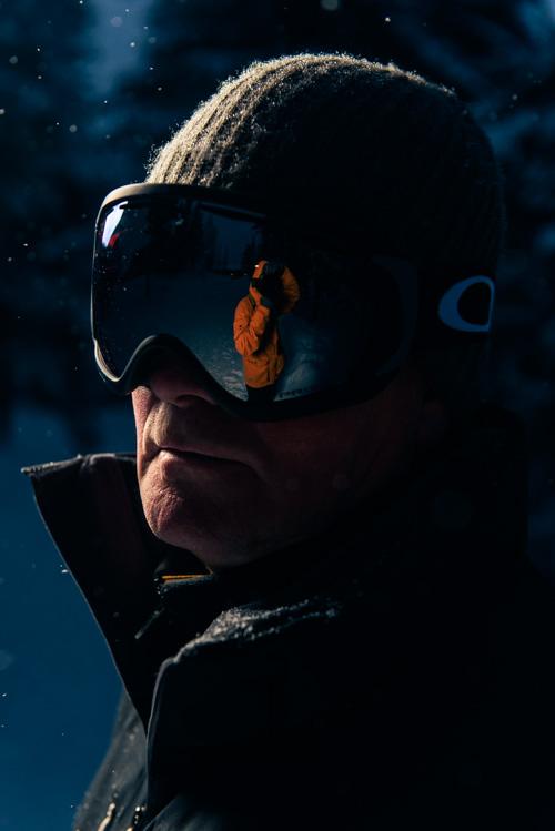 utomhusporträtt-en-blixt-Profoto-OCF-beautydish-reflektion-skidglasögon-fotograf-vinter