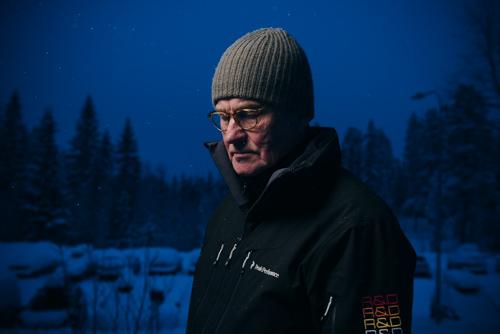 utomhusporträtt-test-Profoto-OCF-färgfilterhållare-CTO-blå-bakgrund-en-blixt