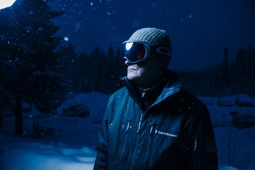 utomhusporträtt-vinter-en-blixt-Profoto-OCF-Beautydish-fel-vitbalans-kalla-toner-test