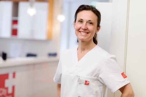 ljust-och-fräscht-porträtt-i-vårdmiljö-tandläkare-färgfilter-balansera-färgtemperatur-en-blixt