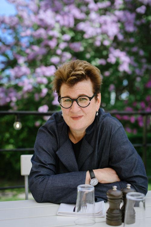 ALMA-pristagarare-Meg-Rosoff-porträtt-utomhus-pressbild-uteservering-under-tygtak