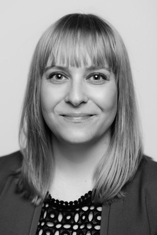 personalporträtt-svartvitt-en-blixt-fotostudio-profoto-b1-paraply