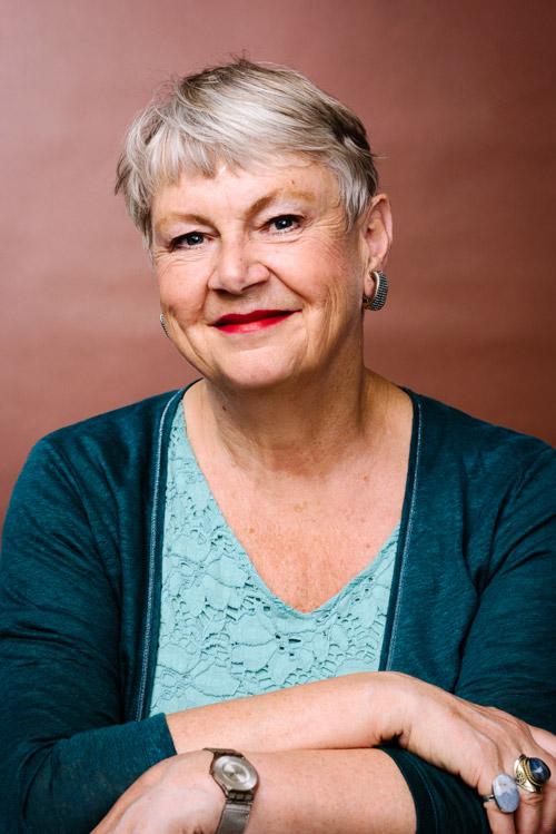 Studioporträtt av Maggan Hägglund, författare. Pressbild för Bonnier. Fotograf Stefan Tell