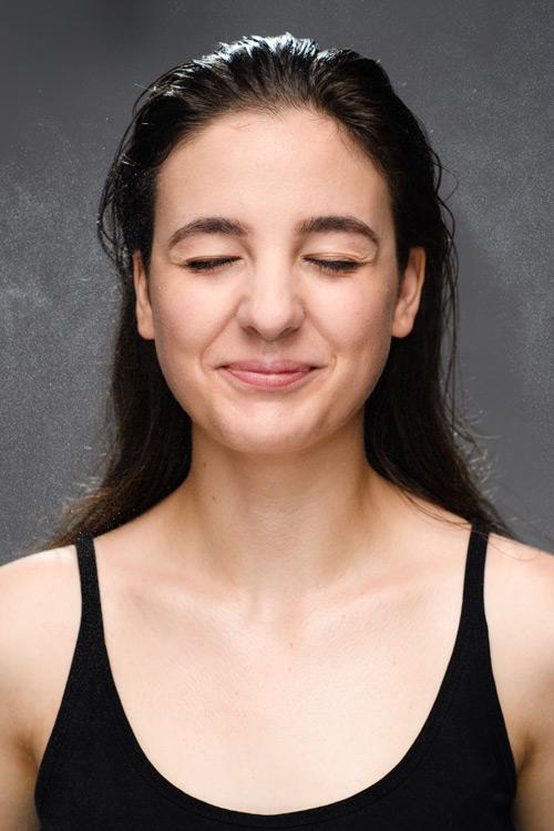 Modellfotografering av skådespelerska, med sprayvatten och olja för att få en känsla av dusch. Fotograf Stefan Tell