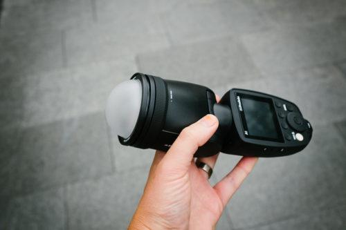 Profoto-A1-i-handen-storlek-kamerablixt