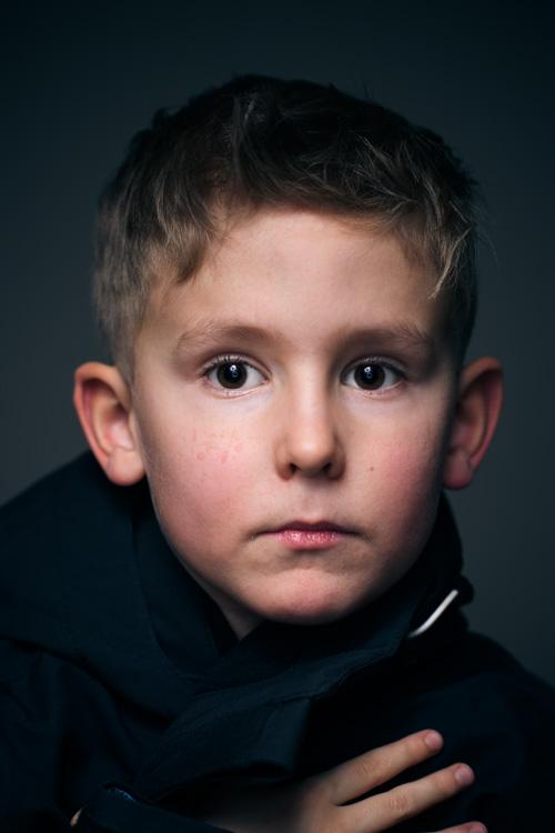 ljussattning-portratt-hemma-headshot-tva-blixtar-Profoto-A1-ringblixt-paraply