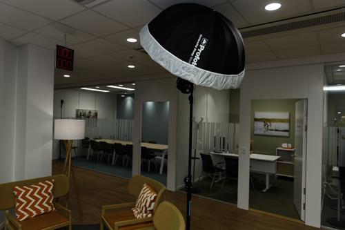 ljussattning-behind-the-scenes-kontorsbild-bank-personaltidning-utan-blixt-fore-efter